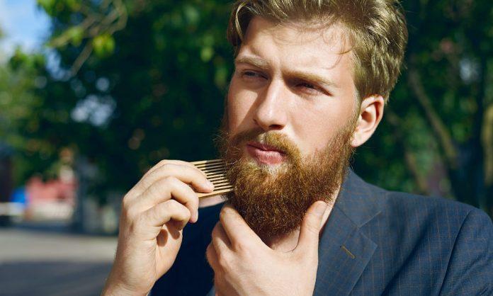 Usar aceite para barba y cepillar varias veces al día