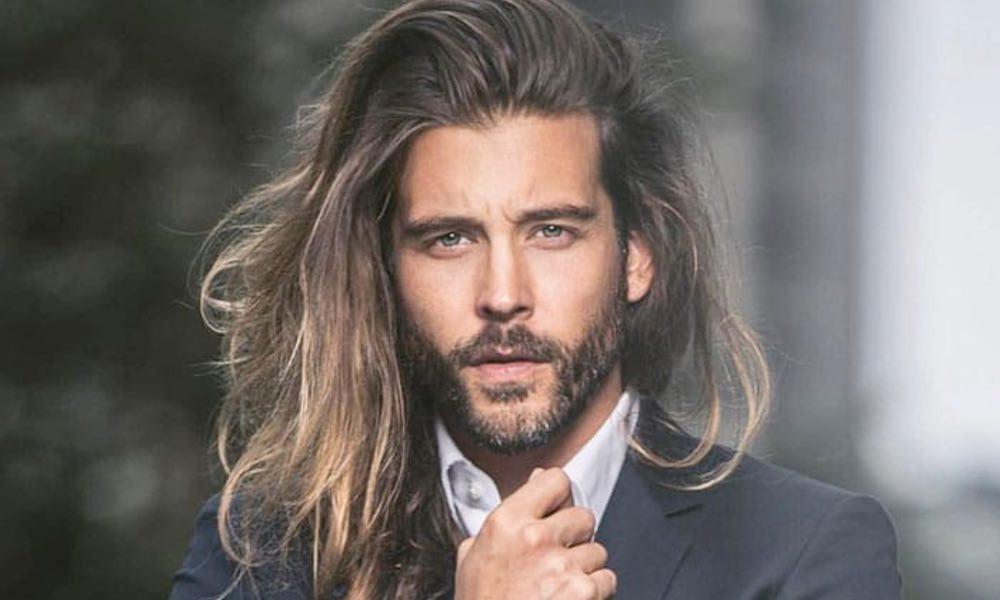 Melena pelo largo hombre modelo